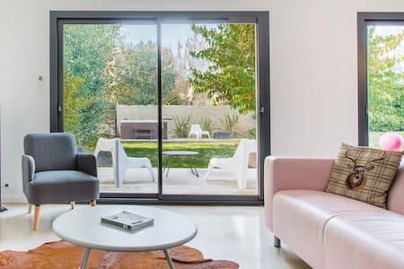 Villa contemporaine avec spa dans le Bordelais