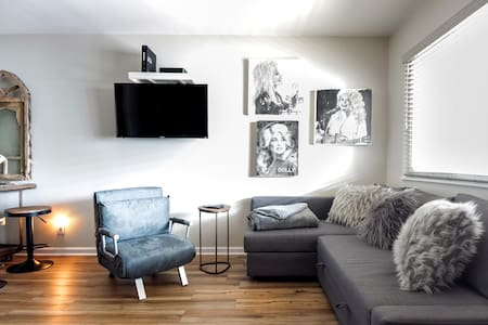 Remodeled Southern Chic Studio in 1950s Motel