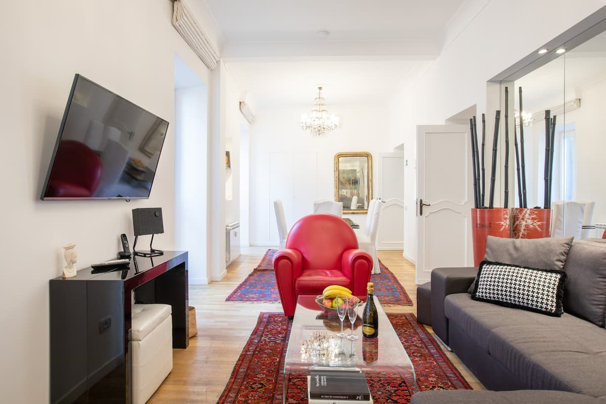 Explore the Spanish Steps from a Boutique Flat