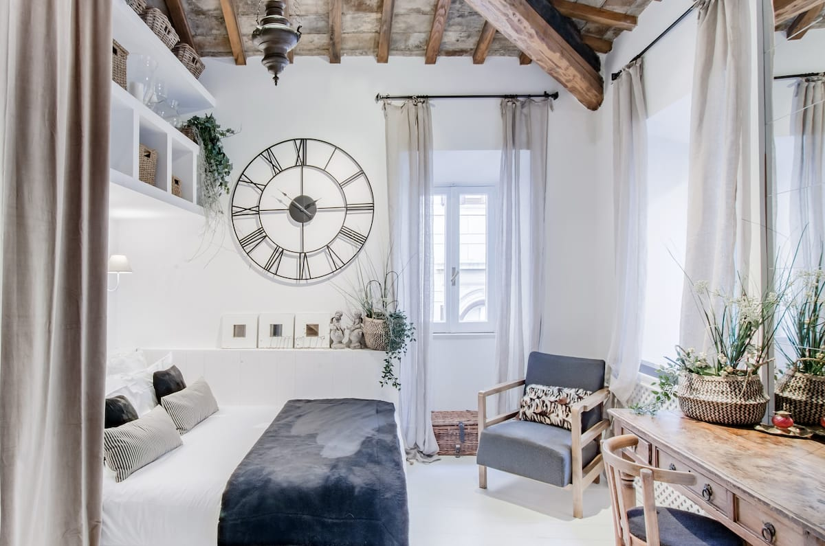 Charming Luxury Navona Apartment in Historic Building