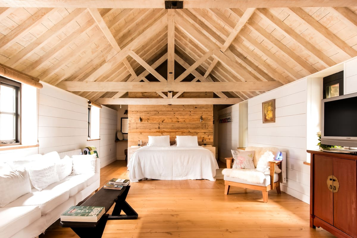 Drift off to Sleep Under Vaulted Ceilings at a 40-foot Loft