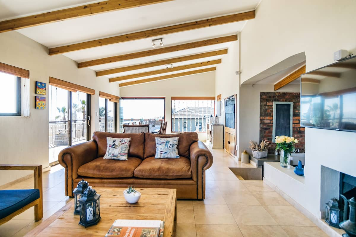 Eclectic Beach House Close to the Best Kite Surfing Strip
