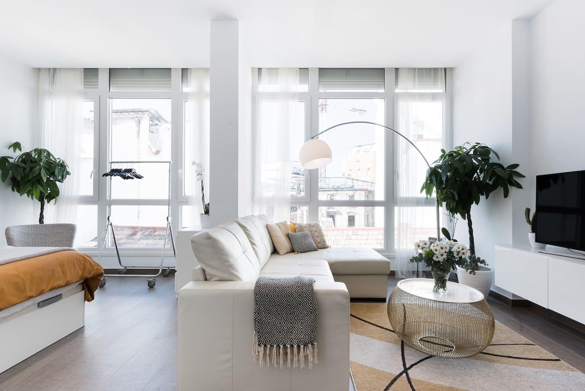 Conoce el corazón de Málaga desde este loft de diseño escandinavo y limpio