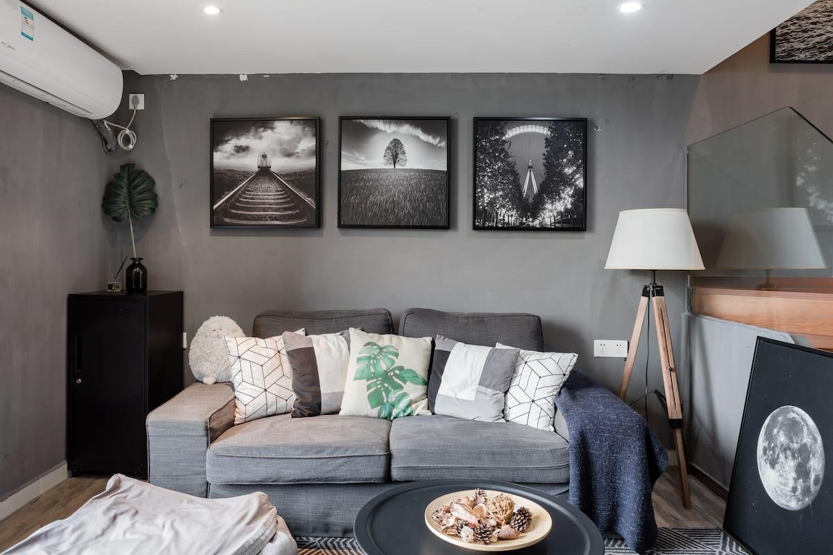 摩登时尚以灰色调为主的复式公寓