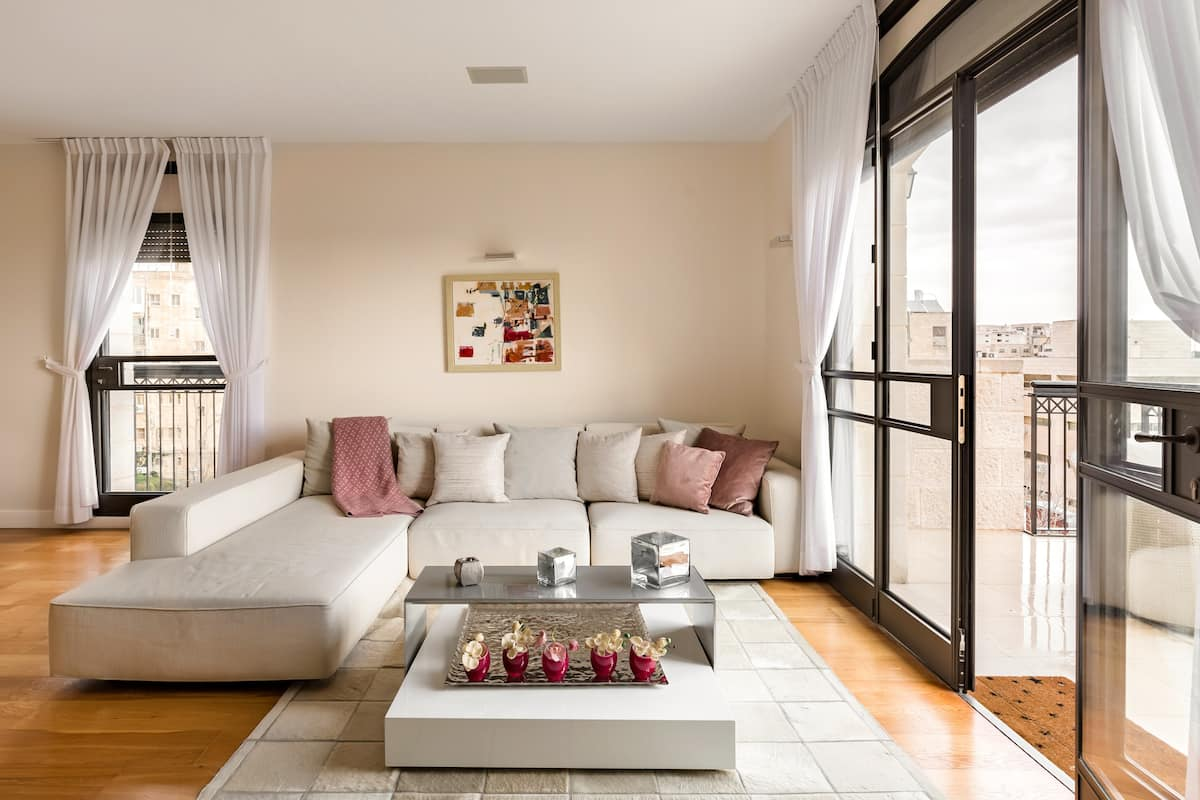 Capacious Central Apartment Next to The Jerusalem of Gold