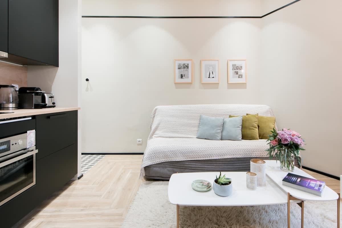 Idolize Marilyn Monroe in Designer Apartment