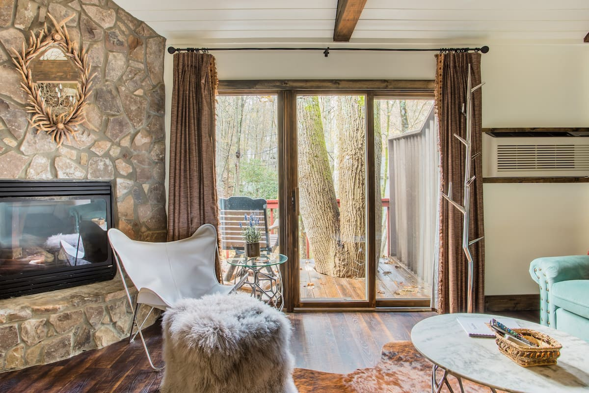 Rustic, Romantic Getaway at Paradise Cottage in Boone