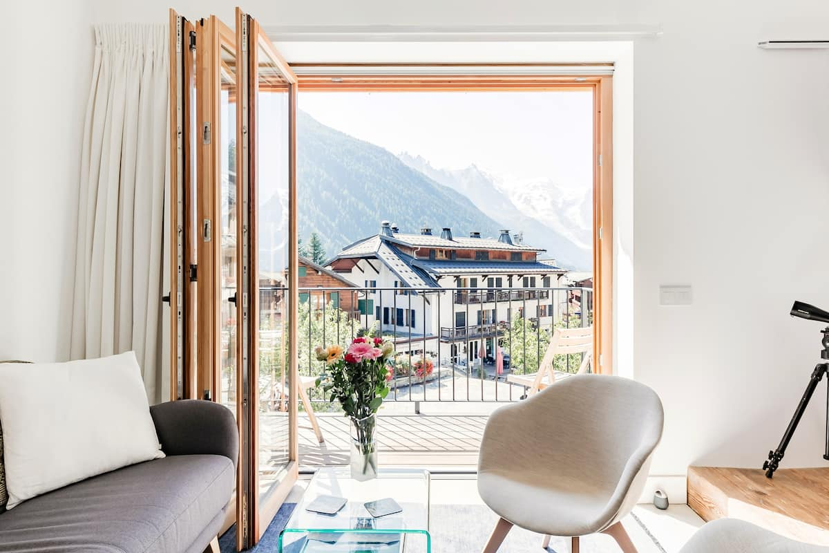 Chic Townhouse With Postcard Views of the Grands Montets