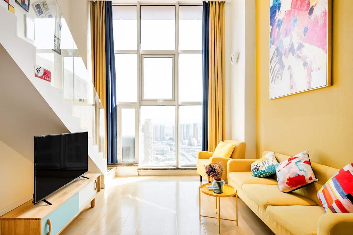 近地铁口带落地窗的淡黄色系复式公寓