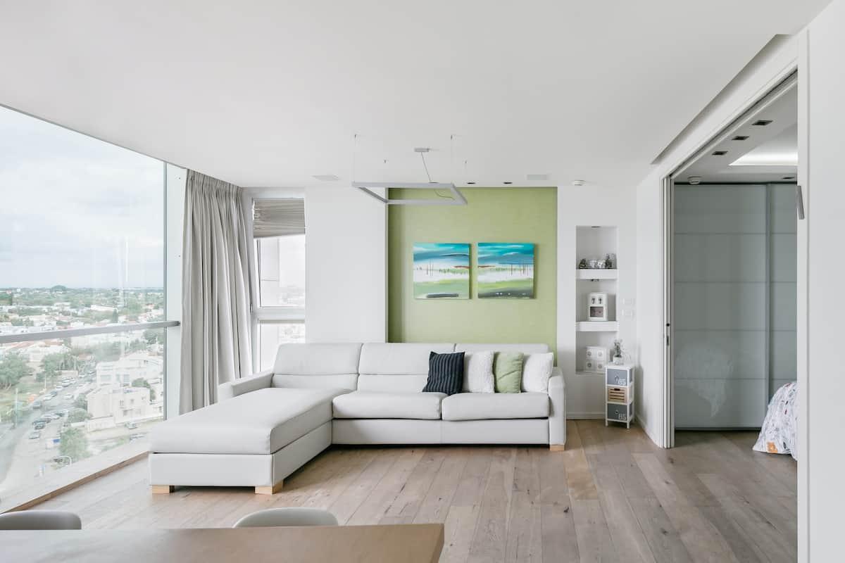 Sky-High Sea Views at the Reaf Apartment near the Marina