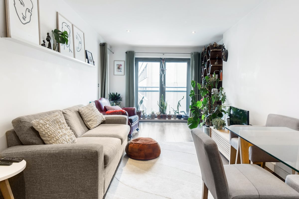 Quaint Room in East End Flat with Balcony