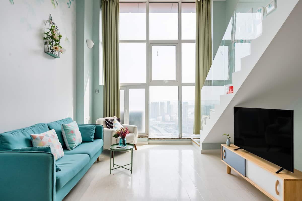 到配有挑高落地窗的荷绿色复式公寓,拍出清新唯美的照片