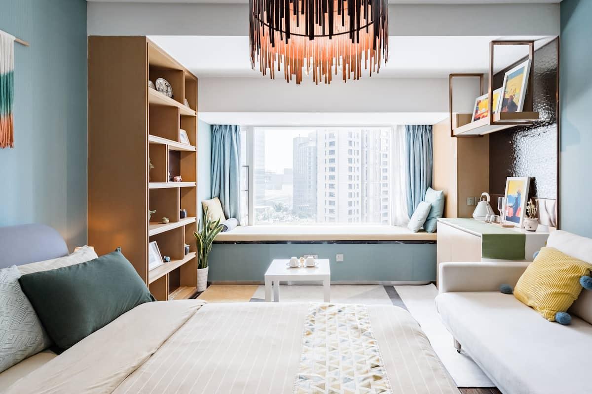 京杭运河乐堤港商场旁带榻榻米窗台的蓝黄艺术公寓