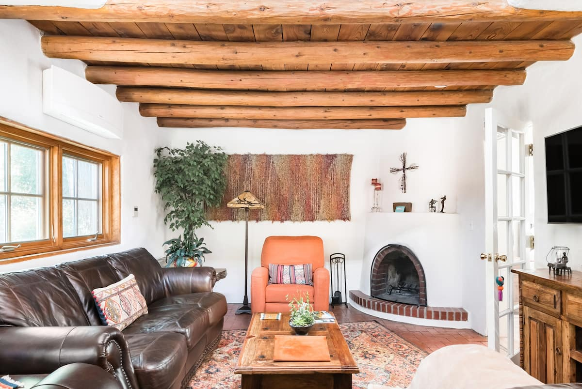 Stroll to Canyon Road from a Lavender-Trimmed Adobe Gem