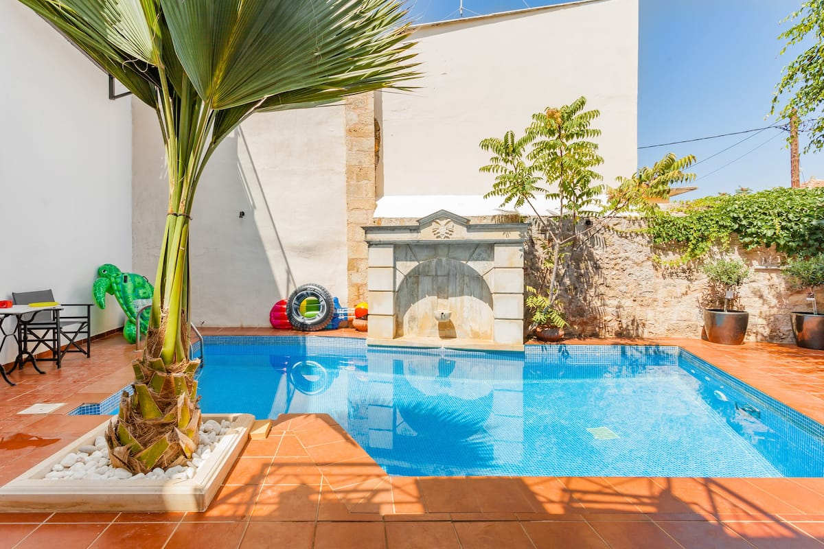 Color-Filled Vera Studio with Patio Close to Rethymno