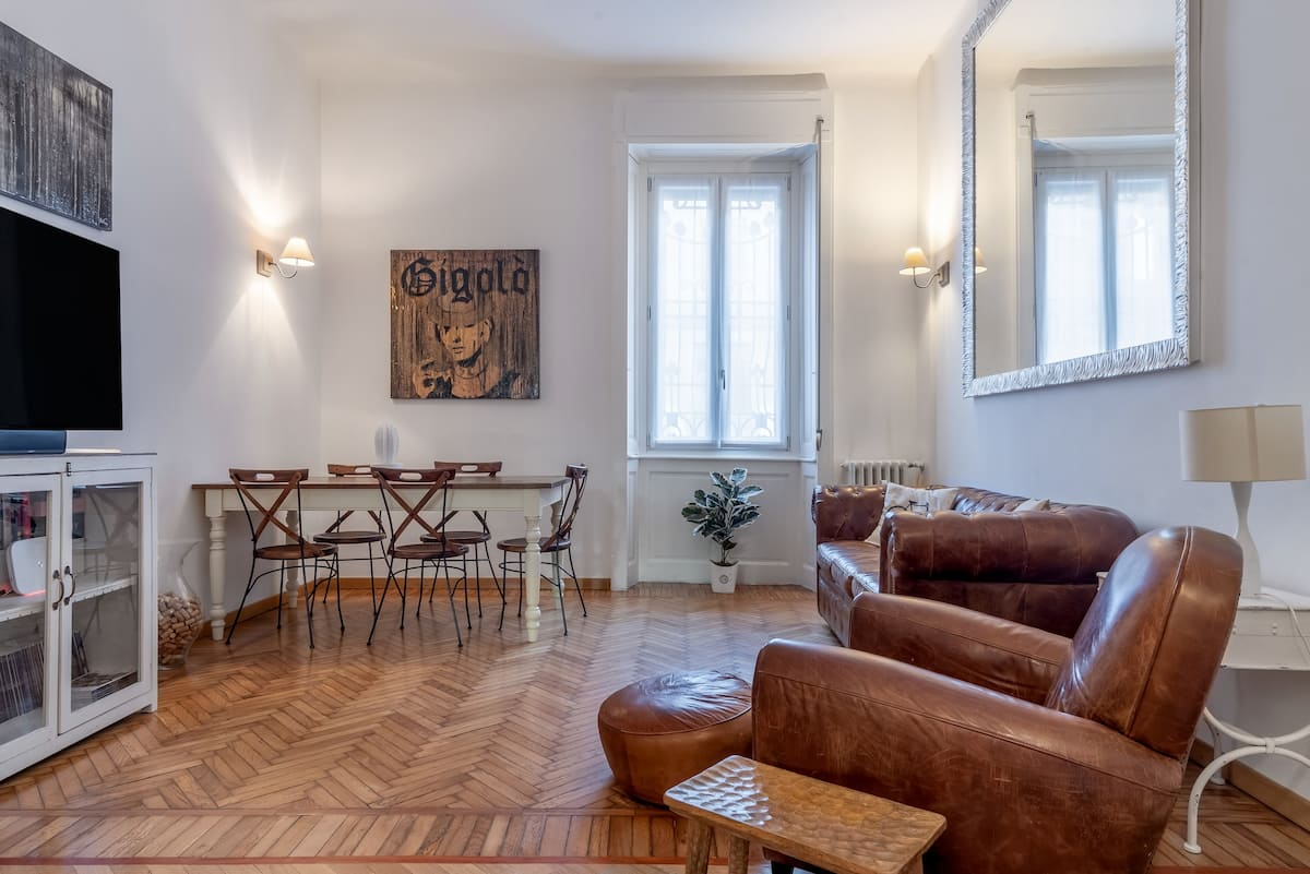 Walk to the Center of Milan from a Sophisticated Apartment