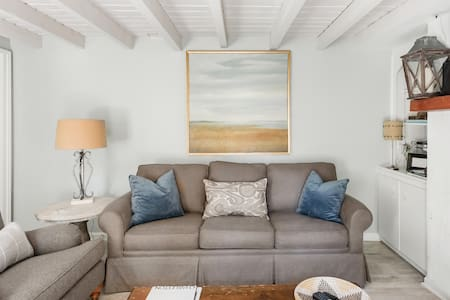 Charming Two Bedroom Carriage House by Marion Square