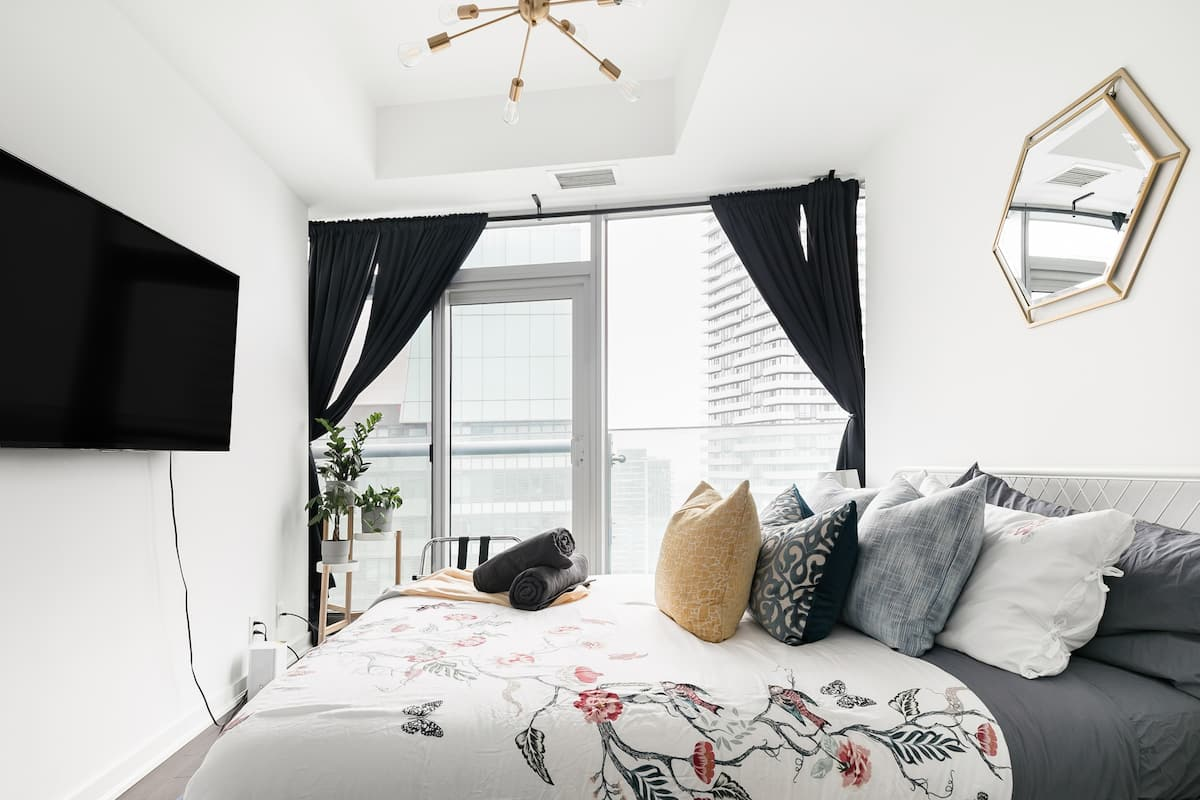 Cozy High-Rise Studio in Heart of Downtown Toronto