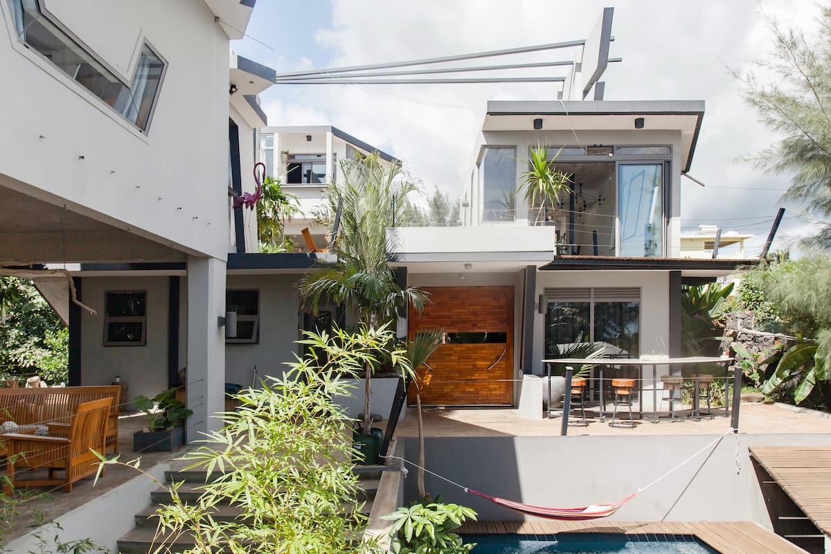 Très joli studio isolé dans luxueuse villa de designer avec piscine et vue mer