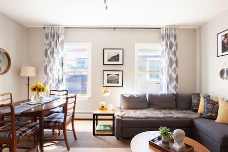 Stay in a Stylish and Bright Home near Oak Park with Easy Access to Downtown