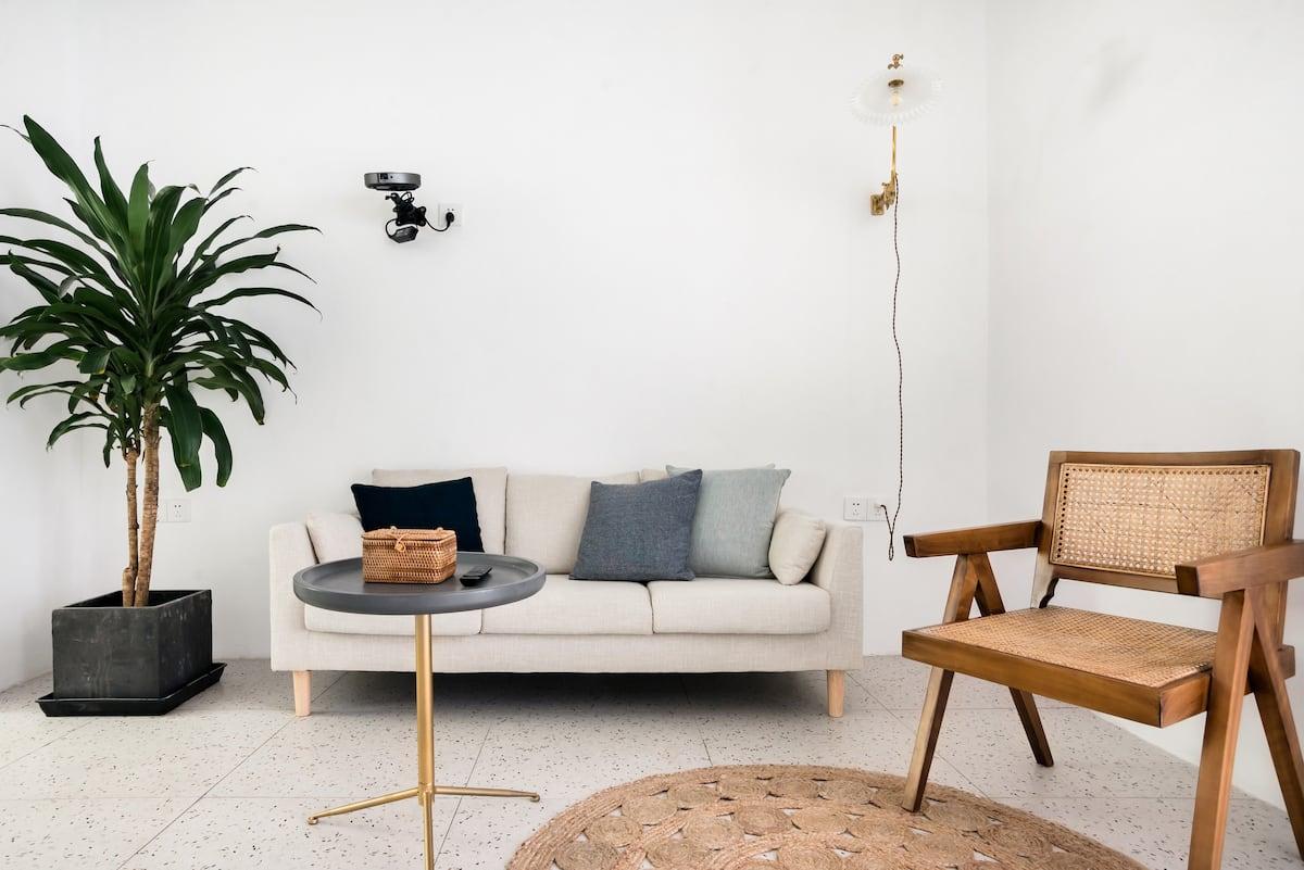 入住配有投影仪的纯白房源,于繁华地段享受平静