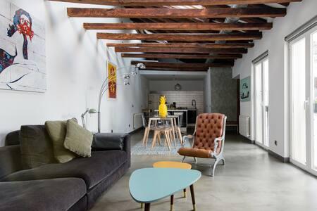 Descubre el madrileño Barrio de las Letras desde este loft colorista y moderno