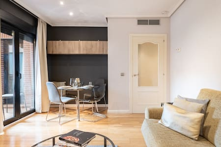 Walk to the Prado from a Simple and Chic Apartment with free parking