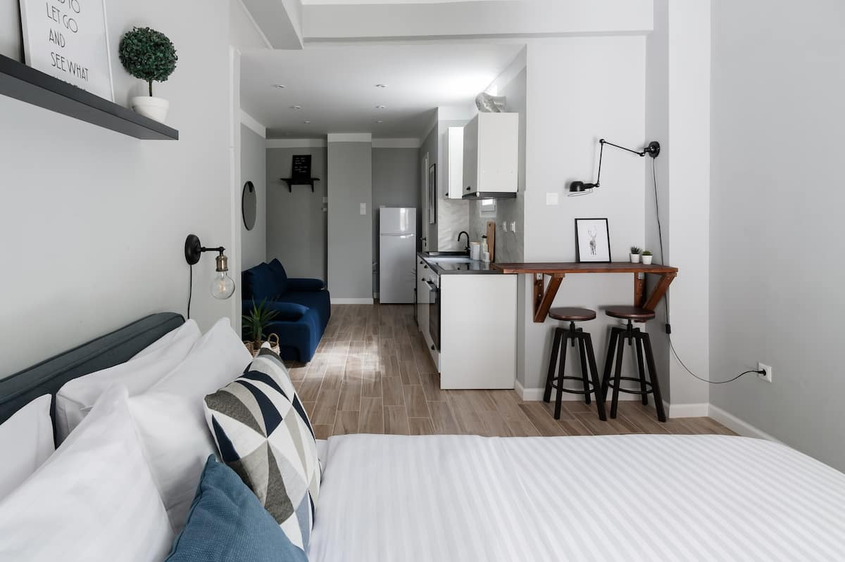 Chic and Minimal Studio Apartment Near Local Restaurants