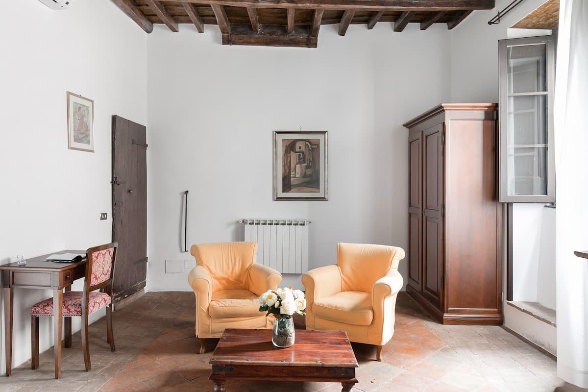 Caratteristico appartamento romano affacciato su Piazza di Campo de' Fiori