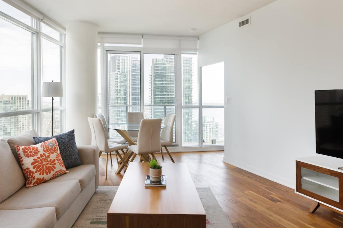 Spacious Modern Condo, Steps from Union Station & CN Tower