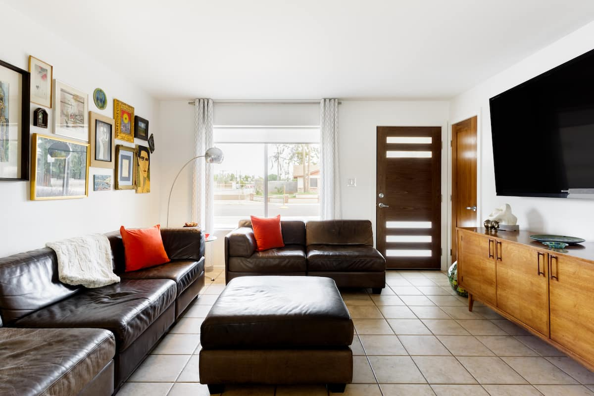 Tempe Master King Suite in Peaceful Mid Century House