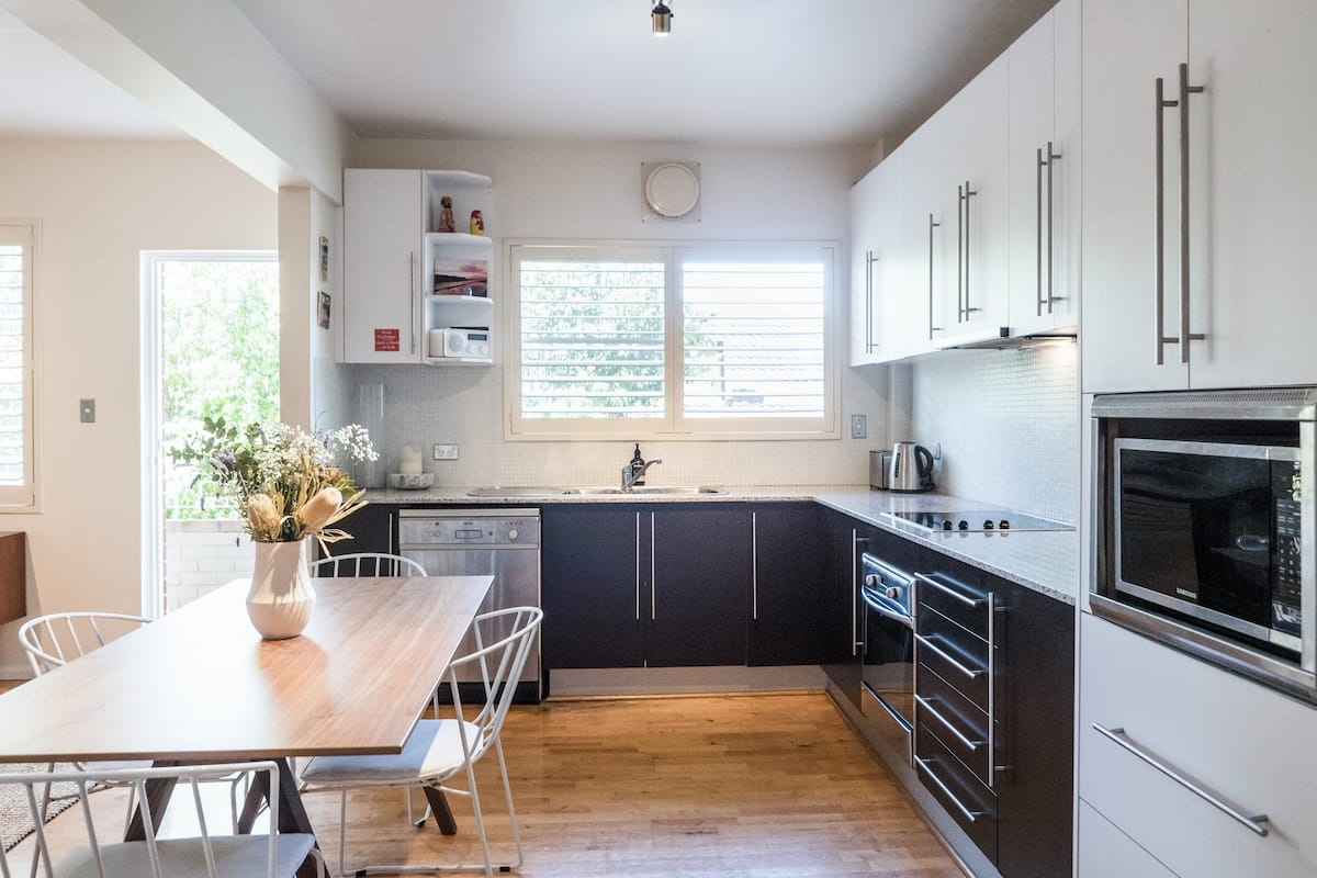 Large Apartment/Garage, Ideal for Stay-cation/wfh/beach Hols