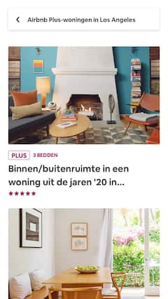 Een woonkamer met moderne meubels en een goed verlichte, ruime keuken.