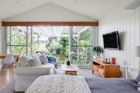 Bangalow Vista Cottage Overlooking Lush Green Hills