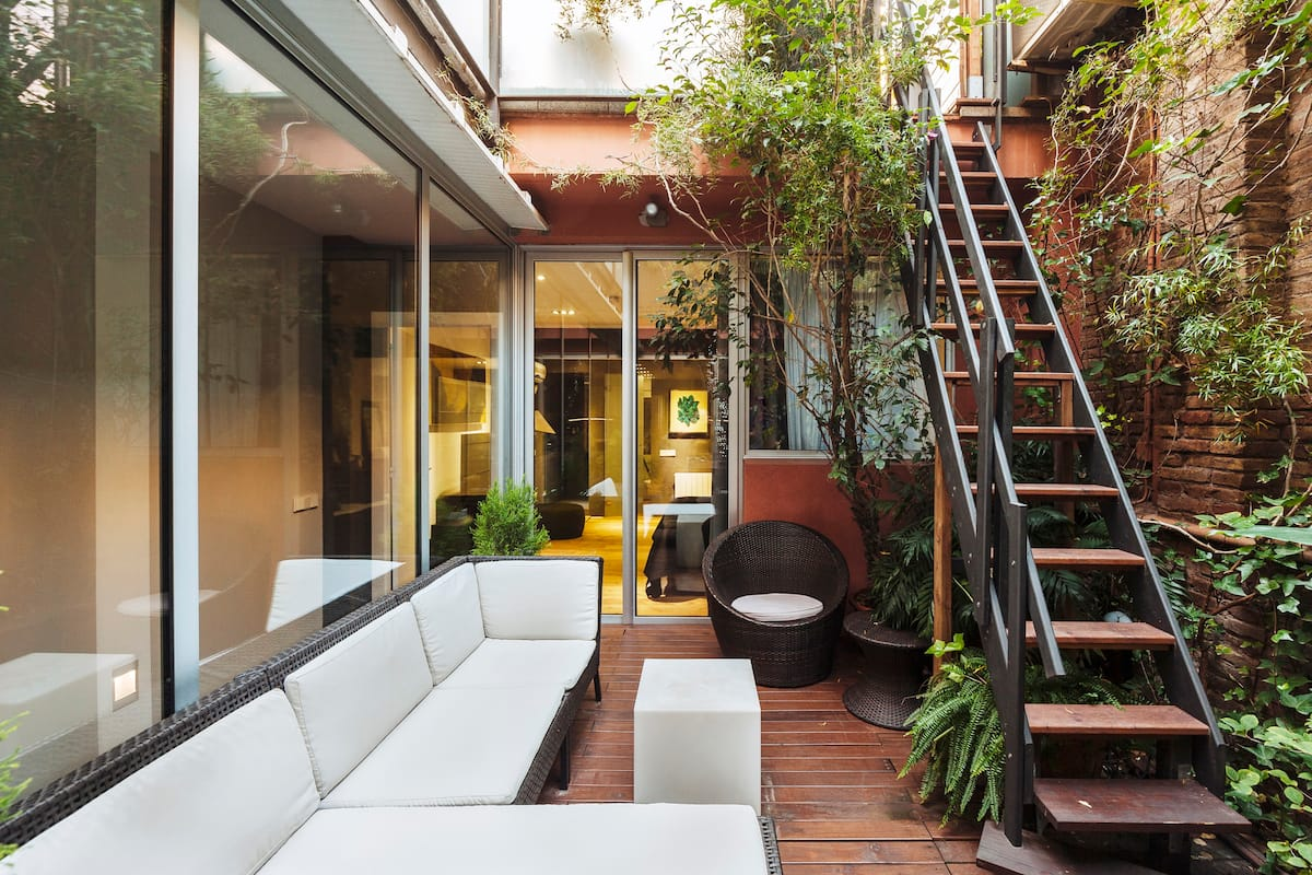 Urban Oasis Apartment with Private Patio-Perfect Family Home