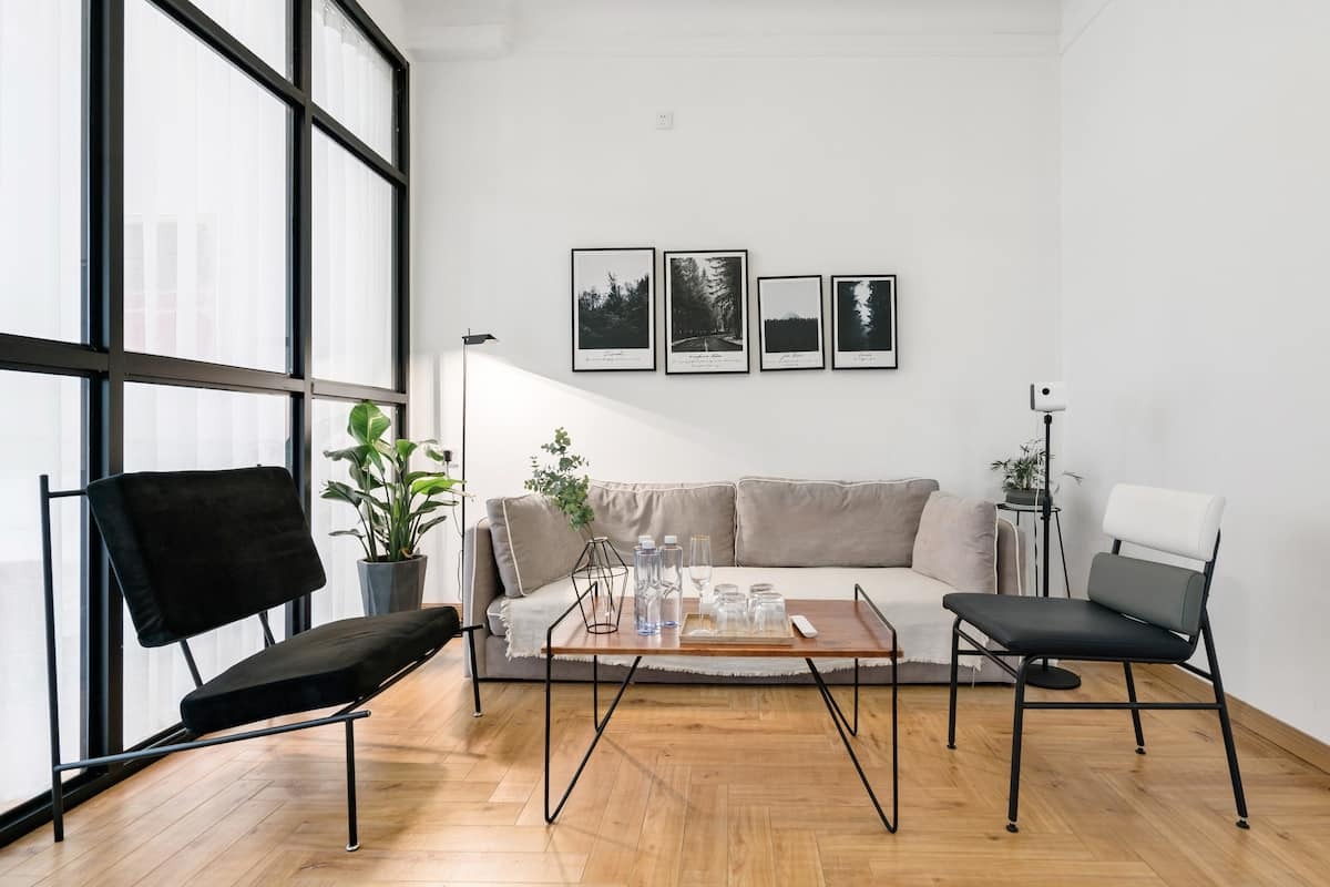邻近淮海商圈带独立客厅的白色二居室