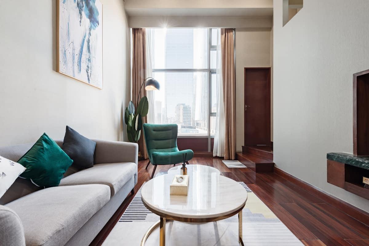 到带落地窗的典雅复式公寓来鸟瞰城市风貌