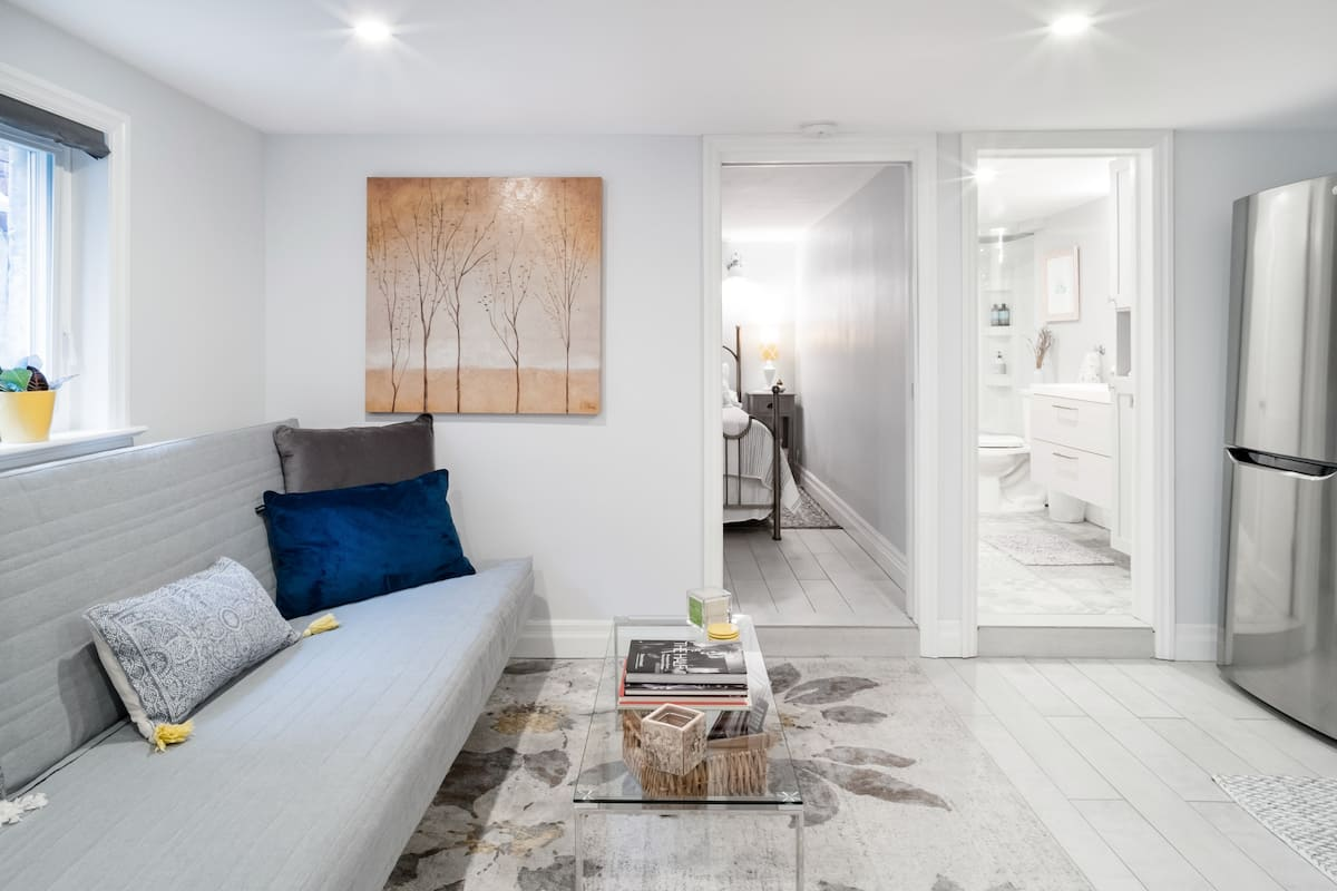 Bright and Airy Studio Suite in the Beaches Area