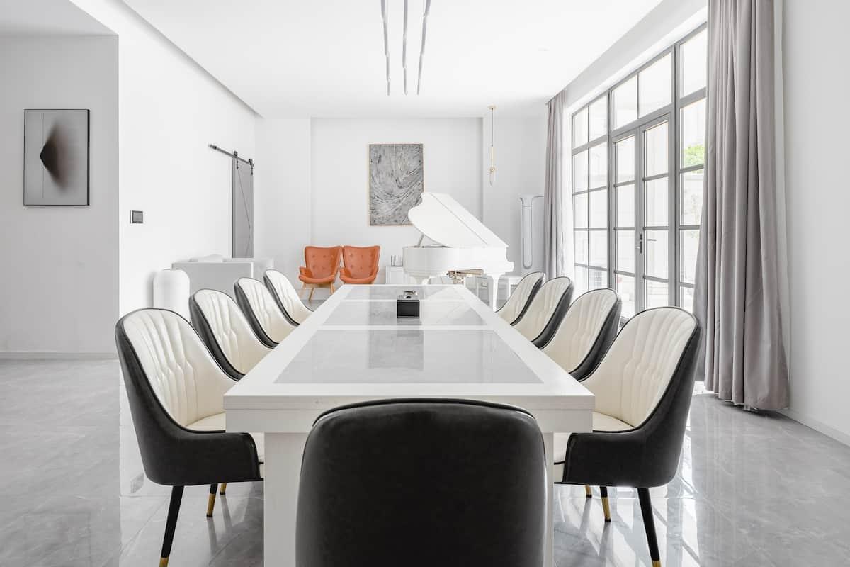 带台球桌和投影仪,整洁明亮的白色别墅