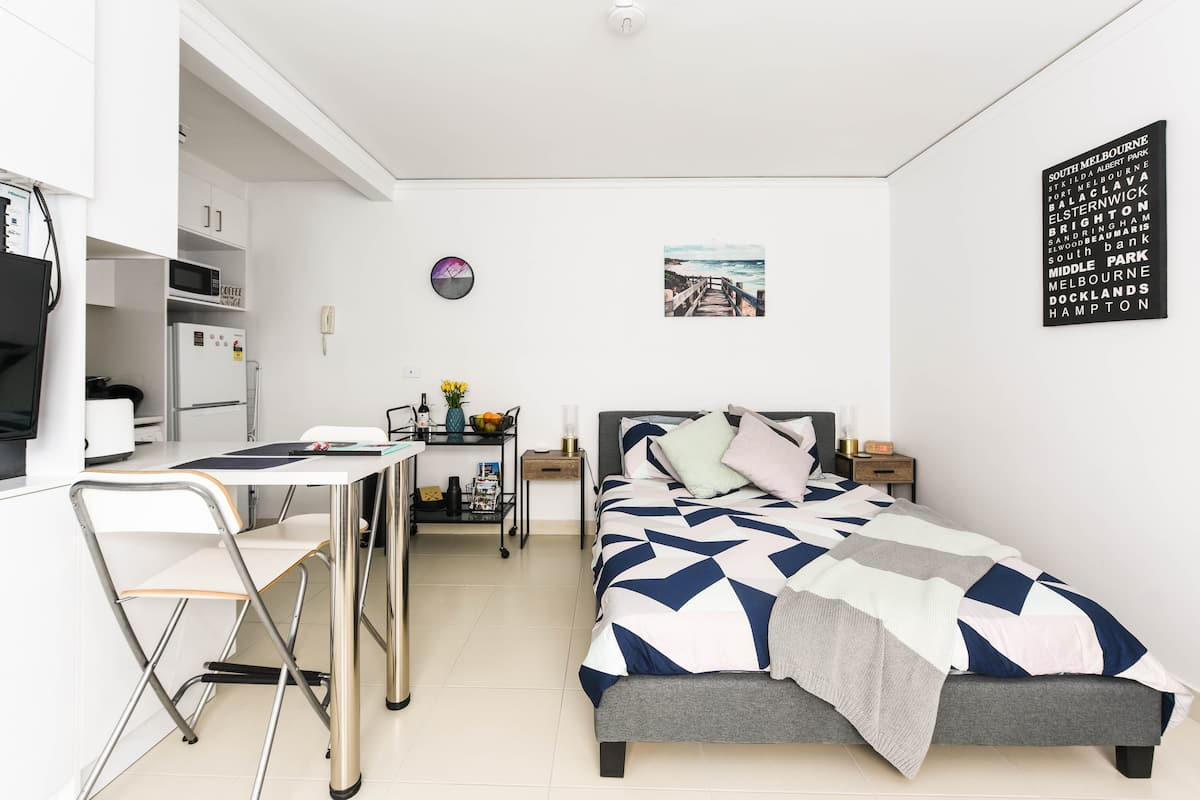 Unwind in an Elegant and Modern Studio in St Kilda