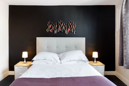 Number One at the Hugo - Two Bed Luxury Apartment Canterbury