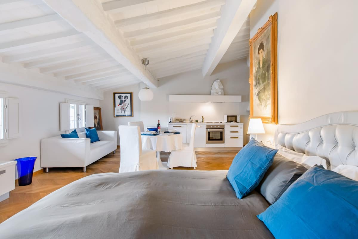Cozy 4th-Floor Loft Overlooking Piazza Santa Croce