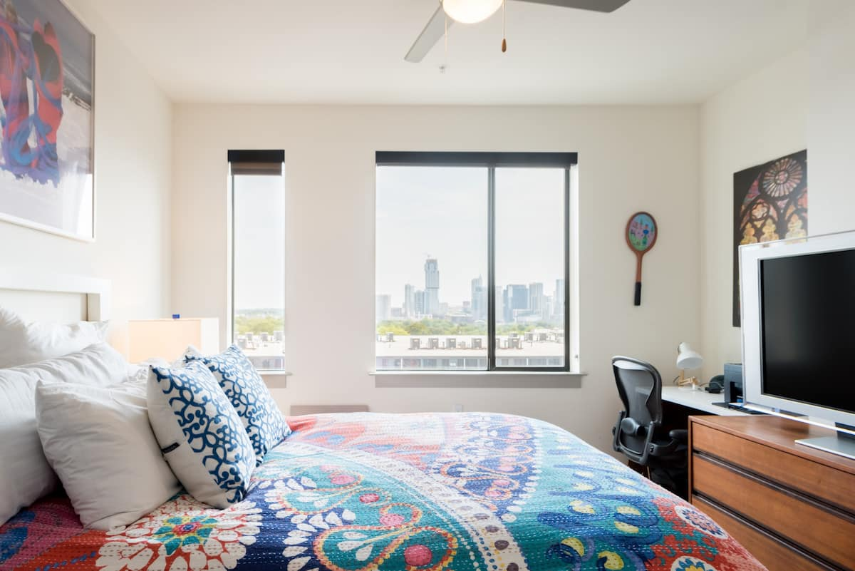Upscale, Skyline-View Zilker Flat – Five Minutes to Downtown