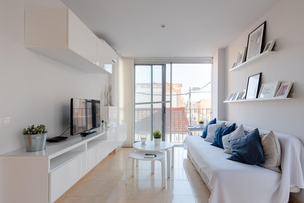 Déjate alumbrar por el estilo mediterráneo de este piso cerca de la playa
