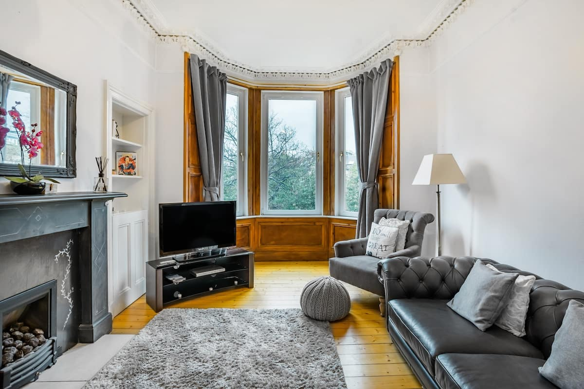 Stunning Victorian Apartment in Quiet Area, Close to City