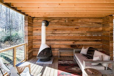 Upscale Cozy Cabin, Private Hot Tub, Uber Downtown