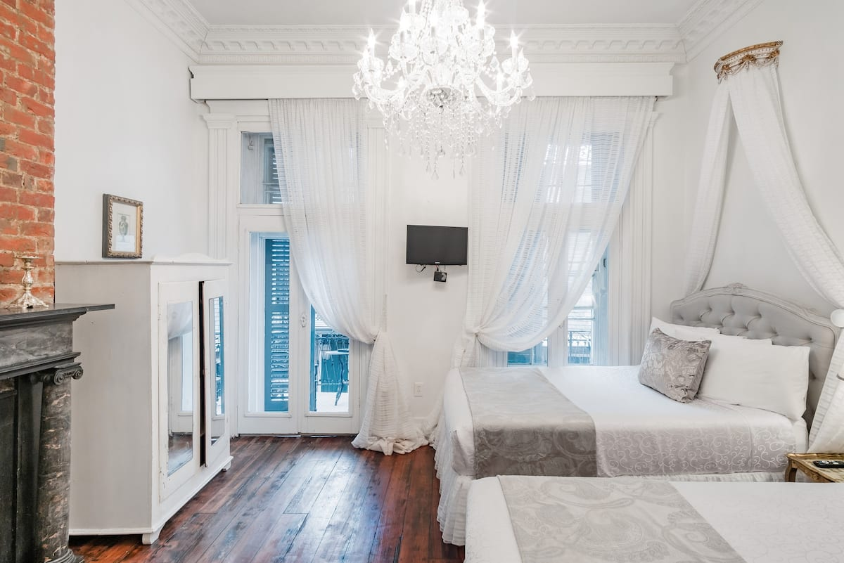 Historic French Quarter Apartment, Balcony over Bourbon Four