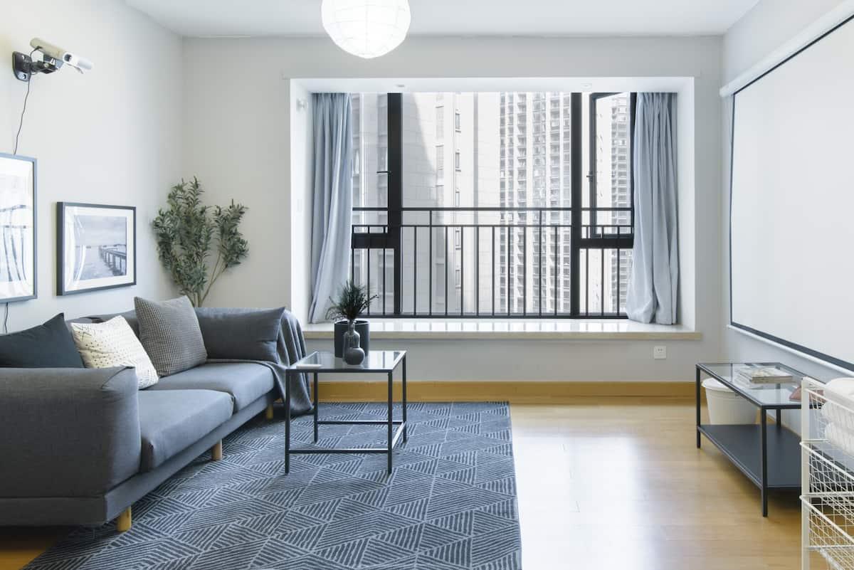 入住舒适安静的公寓型住宅,吃一顿翘脚牛肉