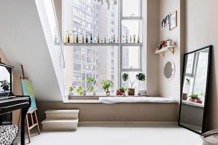 在带落地窗的日式清新loft房源里弹一首钢琴曲看一场好电影