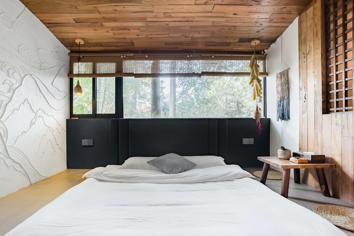 入住日式复古土砖房,在充满木香的空间里享受远离尘嚣的假期